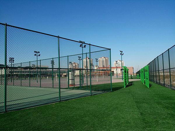 如何防止球场围网出现表面裂纹?