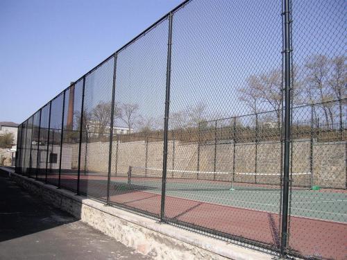 如何安装球场围网?